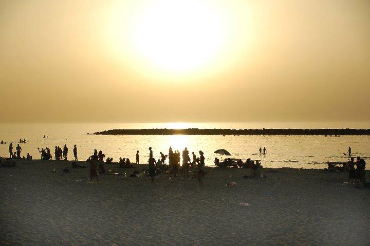 Abendliche Strandpartys während und nachdem Sonnenuntergang gehören zur Kultur der jungen Megametropole Tel Aviv. Foto: Christian Maskos