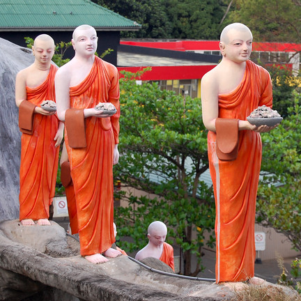 Mönchsstatuen in Dambulla. Foto: Christian Maskos