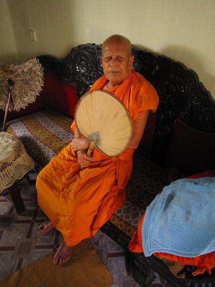 Der 92-jährige Chief Monk des Malwatu Maha Viharaya segnete mich. Foto: Wolfgang Hesseler