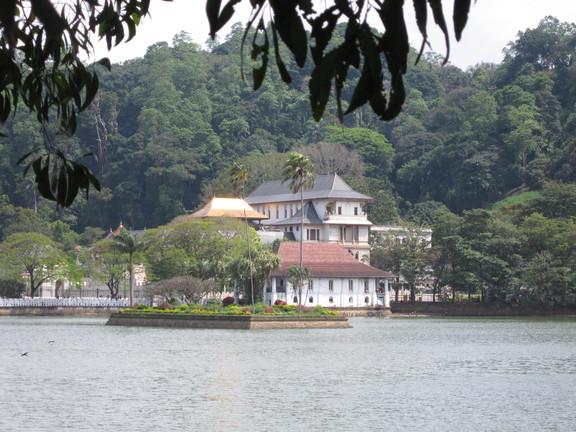 Kandy See mit Blick auf den Zahntempel im Hintergrund. Foto: Wolfgang Hesseler
