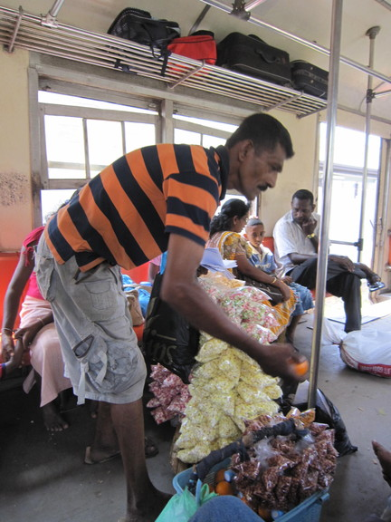 Süßigkeiten-Verkäufer im Zug von Negombo nach Colombo. Foto: Wolfgang Hesseler